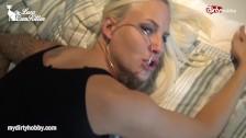 Blondi w lateksie jest ruchana od tylca