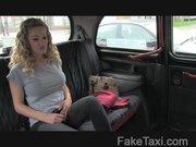 Cycata w taksówce ma chrapkę na jego fiuta