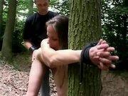 Claudie ruchana przy drzewie