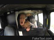 Wyje w niebo głosy w taksówce
