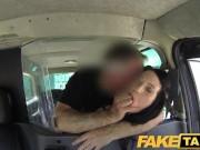Czarnowłosa laseczka ruchana w taksówce