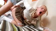Uczennica wypina dupcię w spódniczce