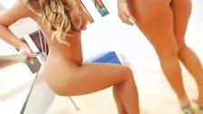 Dwie blond lesbijki liżą seks zabawki