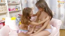 Młode dziewczyny w pokoju jednej z nich