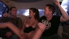 Porno z cycatą panią na tylnym siedzeniu
