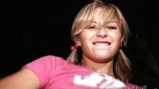 Młoda i uśmiechnięta amatorka