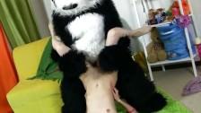 Panda z małą nastolatką