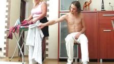 Facet napala się na prasującą mamuśkę