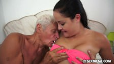 Dziadziuś całuje ją po piersiach