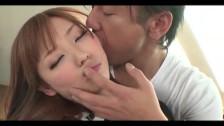 Całuje Japonkę po uszkach