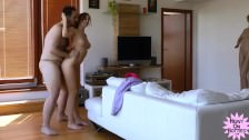 Seks z rozkoszną brunetką na stojaka