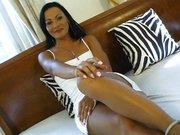 Sandra Romain w białej sukience