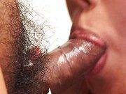 Japonka bierze do buzi zarośniętego penisa