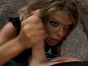 Blond laseczka klęczy i bierze do papy niesamowicie
