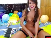 Carolina zabawia się przed kamerką
